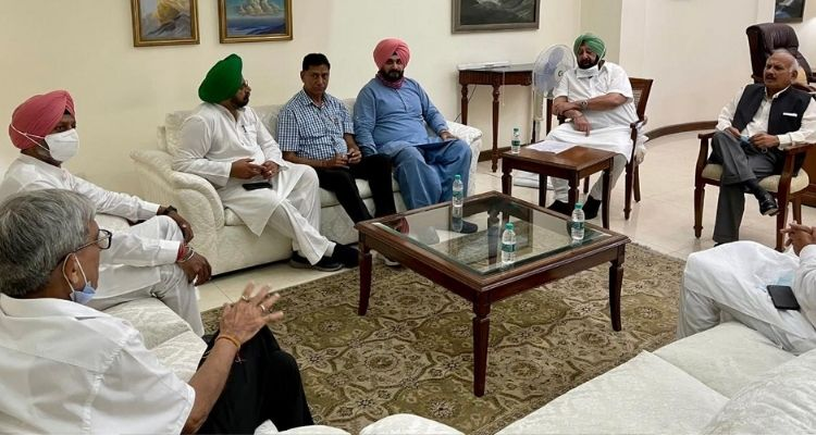 कांग्रेस प्रधान नवजोत सिद्धू और मुख्यमंत्री अमरिंदर सिंह की पहली मीटिंग चली डेढ़ घंटे सिद्धू ने सौंपी 5 मांगों की चिट्ठी