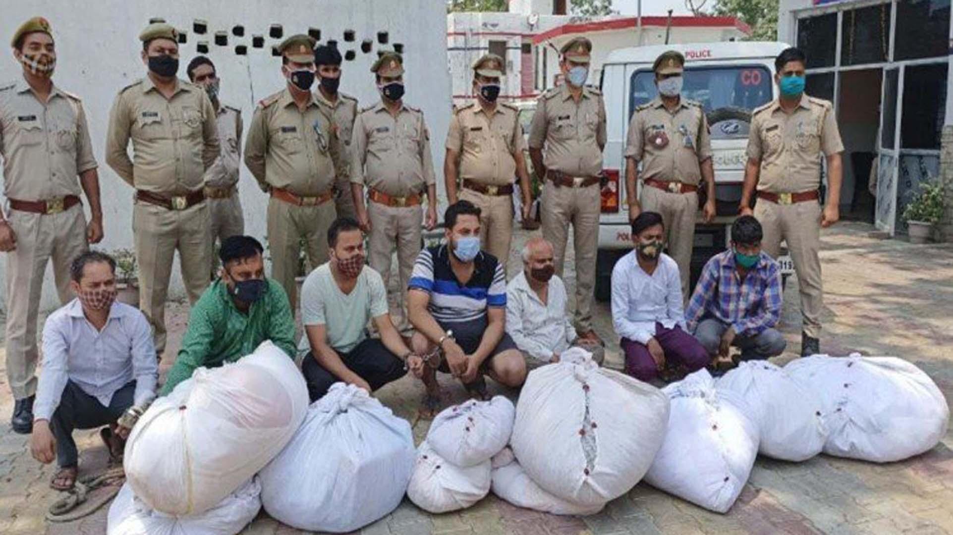श्मशान घाट से शवों के कपड़े और कफन उतारकर स्टिकर लगाकर नए की तरह पैक करके बेचते थे, सात लोग गिरफ्तार
