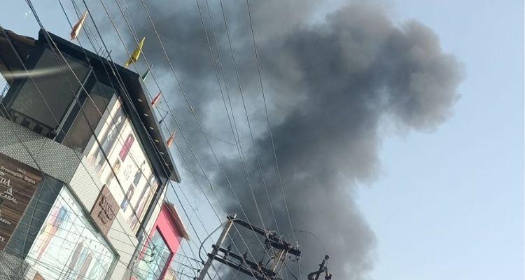 आग के धुएं को करीब 5 किमी की दूरी से भी देखा जा सकता है