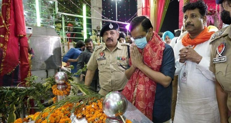 अरविंद केजरीवाल ने मंगलवार शाम को श्री देवी तालाब मंदिर में माथा टेका