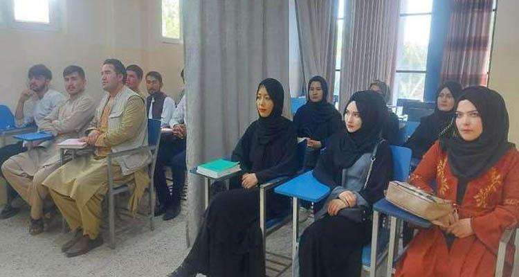 अफगानिस्तान में पर्दे में पढ़ाई करते बच्चों की फाइल फोटो।