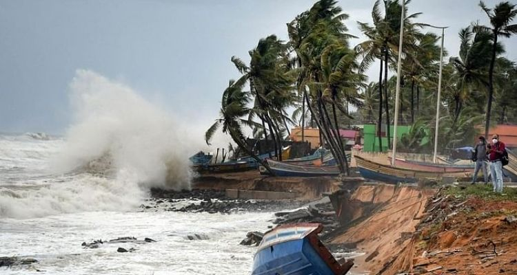चक्रवात ताऊ ते गोवा के तटीय क्षेत्र से टकराया, गुजरात की ओर बढ़ रहा