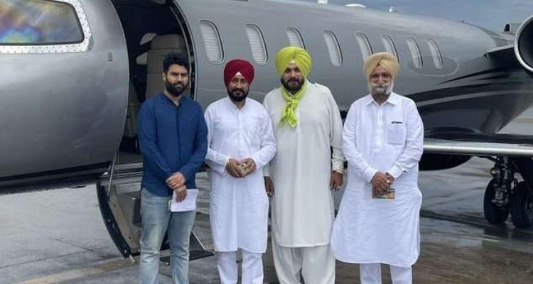 उनके साथ नवजोत सिंह सिद्धू और उपमुख्यमंत्री सुखजिंदर सिंह रंधावा और ओपी सोनी भी हैं
