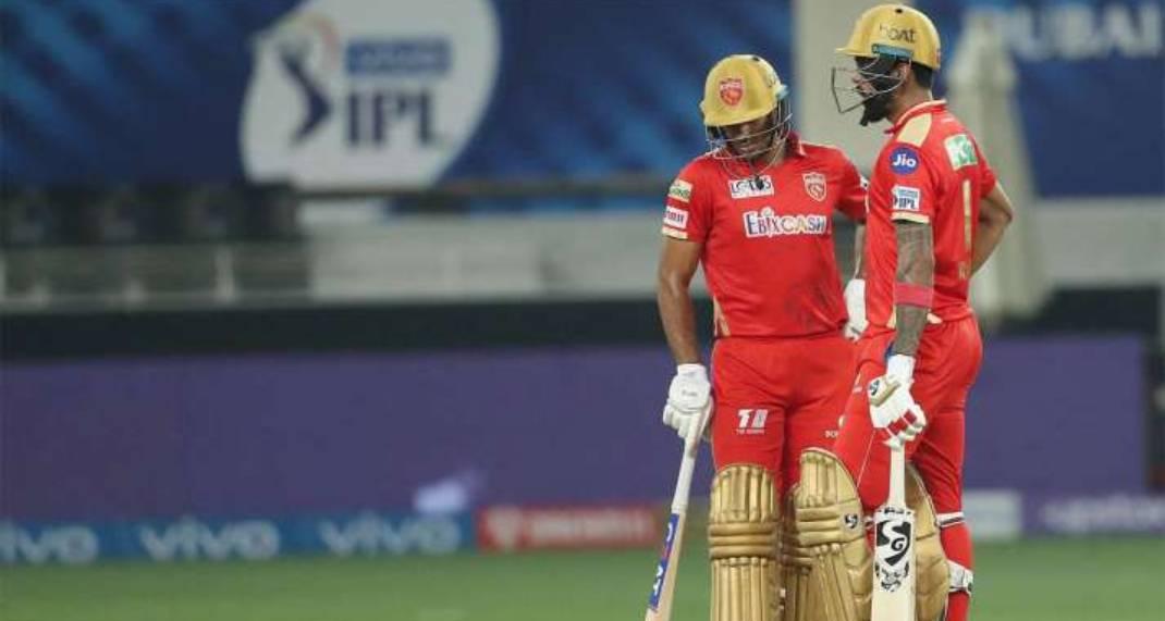मैच के दौरान कप्तान लोकेश राहुल और मयंक अग्रवाल।