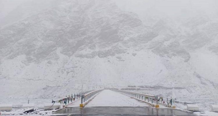 हिमाचल प्रदेश में बर्फबारी से बिगड़े हालात, टूरिस्ट की आवाजाही रोकी