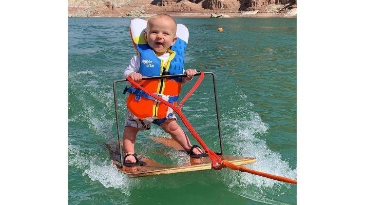बच्चे को पूरी सेफ्टी के साथ पानी में उतारा गया