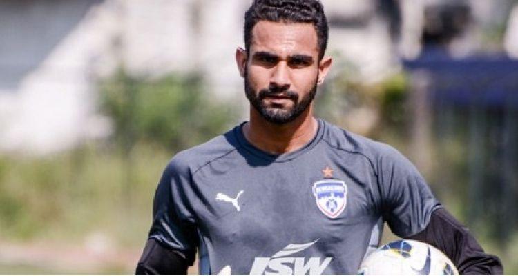 फुटबॉलर अमरिंदर सिंह को टैग करने के साथ-साथ तरह-तरह के कमेंट्स किए जा रहे हैं