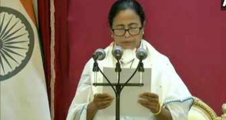 ममता ने ली सीएम की शपथ, राज्यपाल बोले – राज्य में हिंसा बंद करो