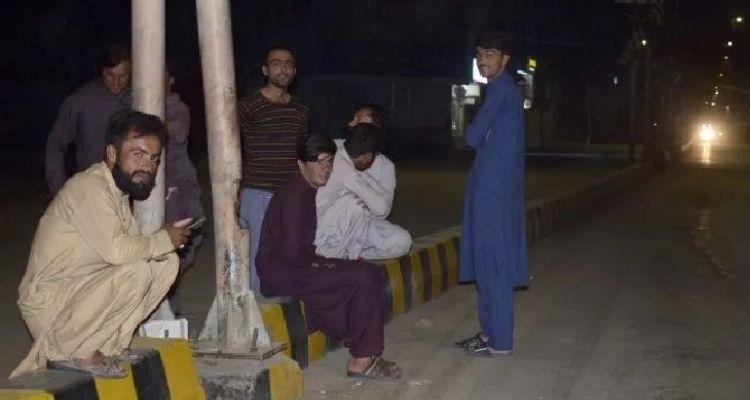 भूकंप के बाद लोग सड़कों पर आकर बैठ गए