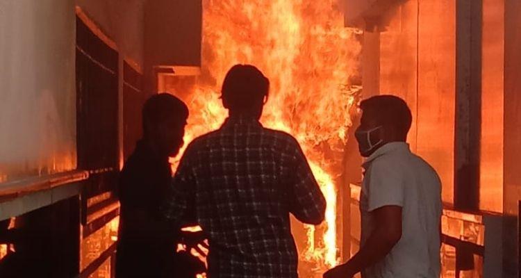 गुरु नानक मिशन स्थित पीएनबी मेटलाइफ इंश्योरेंस दफ्तर में लगी आग