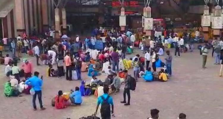 पुणे स्टेशन के बाहर लगी मजदूरों की भीड़।