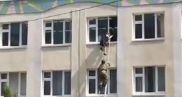 स्कूल में अंधाधुंध फायरिंग, दो बच्चे खिड़की से कूदे , मौत
