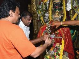 रामगोपाल वर्मा फिर विवादों में - देवी मैसम्मा पर शराब चढ़ा कर लिखी ये बात