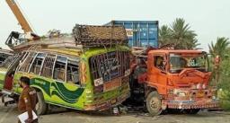 ट्रक और बस की टक्कर में हुई 30 लोगों की मौत, 40 से ज्यादा घायल