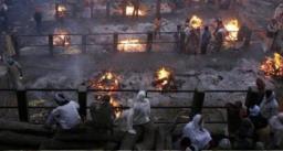 कोविड शवों के अंतिम संस्कार के एवज में वसूल रहे 15 हजार