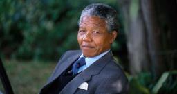 दक्षिण अफ्रीका के पहले अश्वेत राष्ट्रपति बने नेल्सन मंडेला