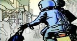 मोटरसाइकिल का पेट्रोल खत्म होने पर मदद को बढ़ाये हाथ, सुनसान जगह पर ले जाकर की लूट
