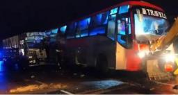 100 यात्रियों से भरी बस को ट्रक ने पीछे से मारी टक्कर, 18 लोगों की मौत, 25 घायल