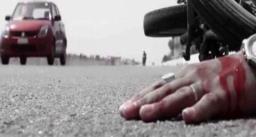कार ने बाइक को मारी टक्कर – युवक का पैर कटकर हुआ अलग, मां-बेटे की मौत